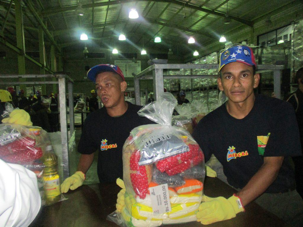 Това са пакетите със субсидирани храни, които правителството осигурява всеки месец на 6 милиона семейства в 30-милионна Венесуела. Снимка: Къдринка Къдринова