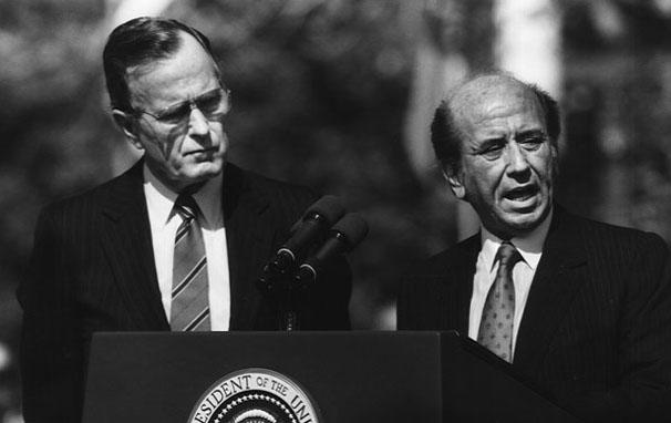 Карлос Авндрес Перес (вдясно) и Дгордж Буш-баща. Снимка: Уикипедия