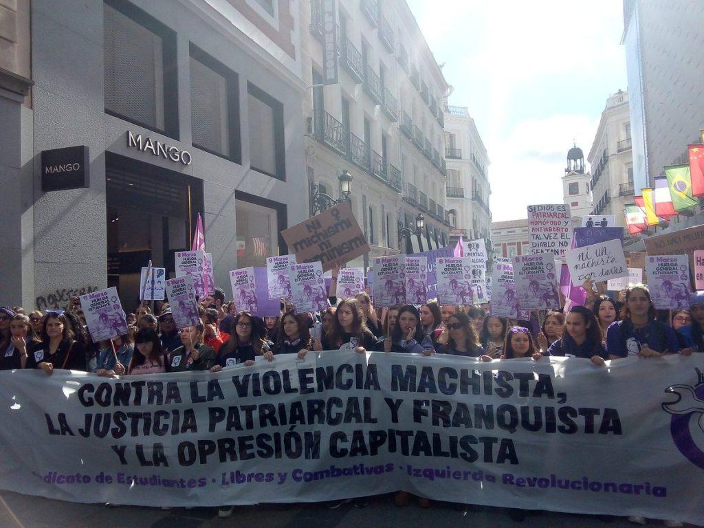 """""""Срещу мачисткото насилие, патриархалното и франкистко правосъдие, капиталистическото потисничество""""–това пише на плаката начело на феминисткото шествие из центъра на Мадрид на 8 март. Снимка: Twitter"""