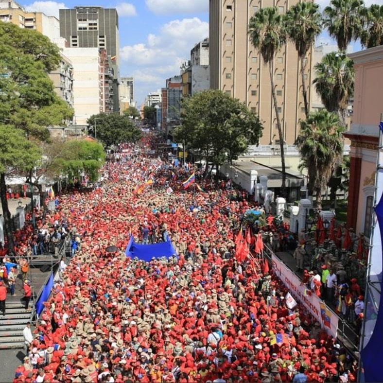 """Масов чавистки митинг се събра в събота край президентския дворец """"Мирафлорес"""" (част от двореца се вижда вдясно). Пред множеството говори Николас Мадуро. Снимка: Resumen Latinoamericano"""