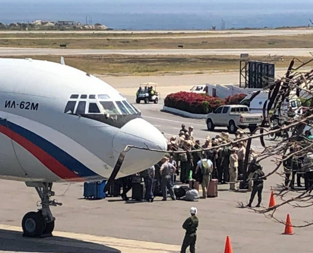Един от двата руски самолета, кацнали в Каракас през уикенда, и част от пристигналите с тях руски военнослужещи. Снимка: Albaciudad