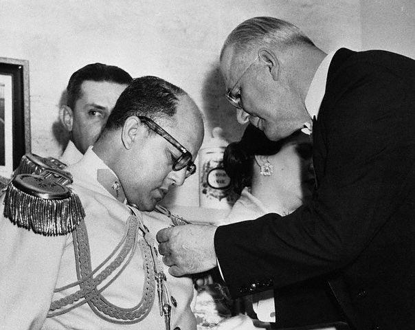 Диктаторът Маркос Перес Хименес получава през 1954 г. американски орден от посланика на САЩ Флечър Уорън. Снимка: Уикипедия