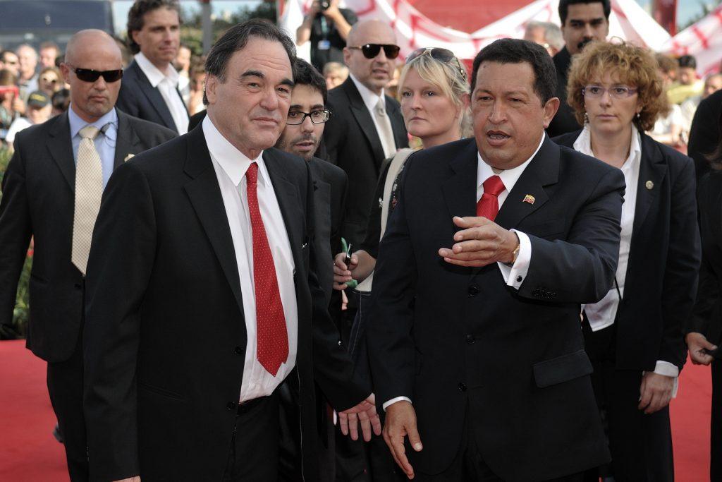 """Уго Чавес и Оливър Стоун на кинофестивала във Венеия през 2009 г., когато там бе представен филмът """"На Юг от границата"""". Снимка: Wikimedia Commons"""