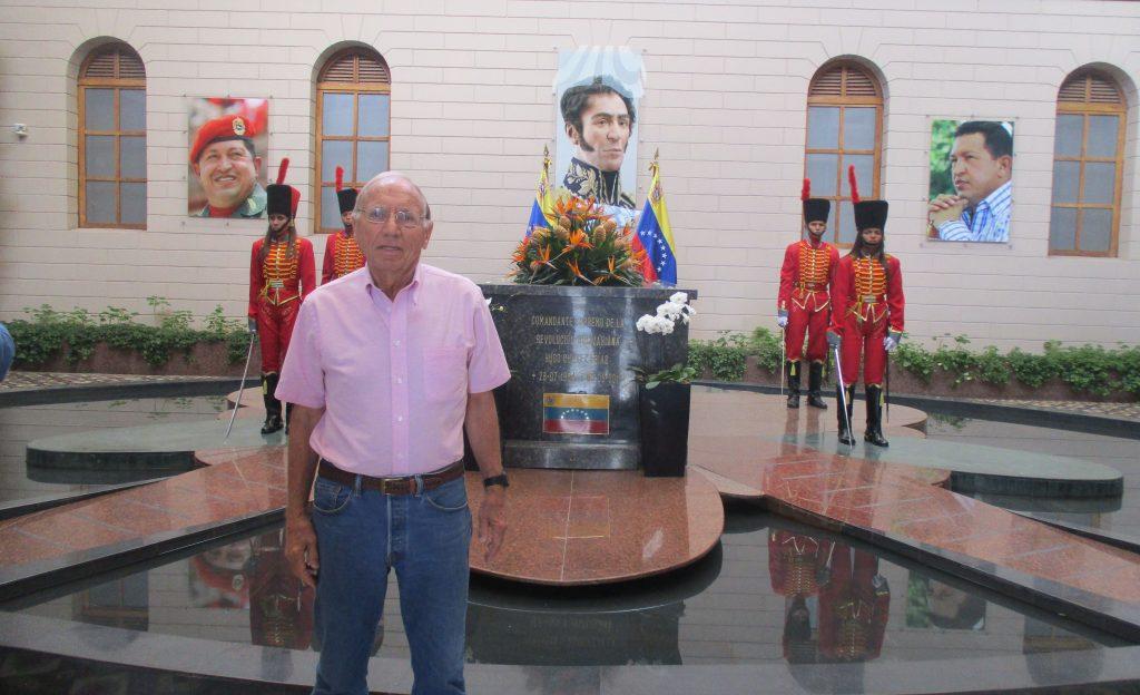 Чарли Харди пред саркофага на Уго Чавес в мемориала в негова памет в Каракас. Сничка: Къдринка Къдринова