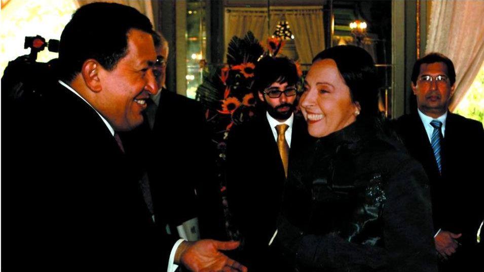 """Официална среща между президента Уго Чавес и временно управляващата българското посолство във Венецуела Жоржета Пехливанова в президентския дворец """"Мирафлорес"""" в Каракас. Снимка: личен архив на авторката"""