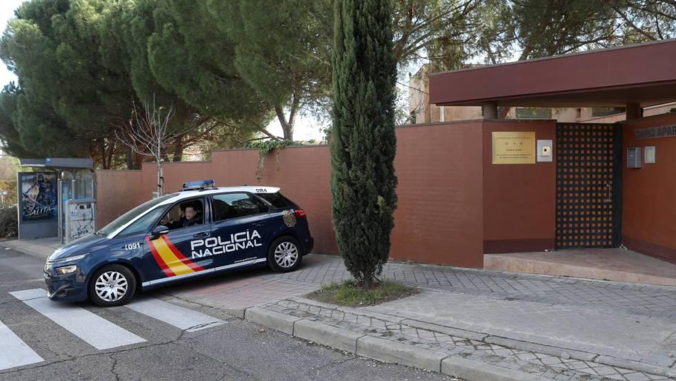 Полицейска кола край входа в посолството на Северна Корея в Мадрид. Снимка: El Pais