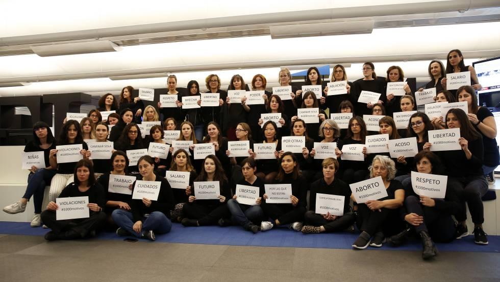 """Женската част от екипа на в. """"Ел Паис"""" се присъедини към феминистката стачка в Испавия. Снимка: El Pais"""
