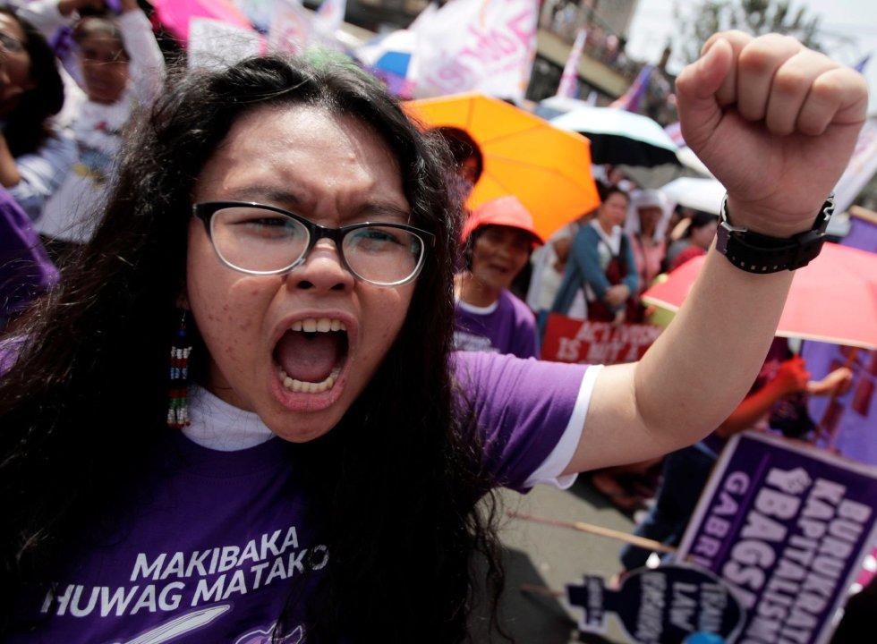 Млада филипинка скандира за женски права в Манила. Снимка: EFE