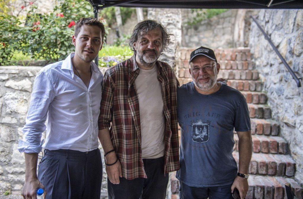 """Милош Бикович (вляво), Емир Кустурица (в средата) и още един от участниците в """"Балкански рубеж"""" по време на снимките. Снимка: afisha.mstok"""