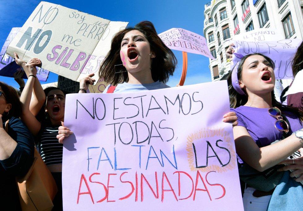 """""""Не сме всички, липсват убитите,"""" алармира този плакат от шествието във Валенсия. Снимка: EFE"""