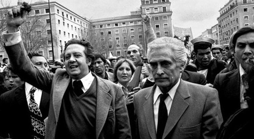 Марио Соариш (вляво) и Алваро Кунял при завръщането си от емиграция на 27 април 1974 г. Снимка: RTP