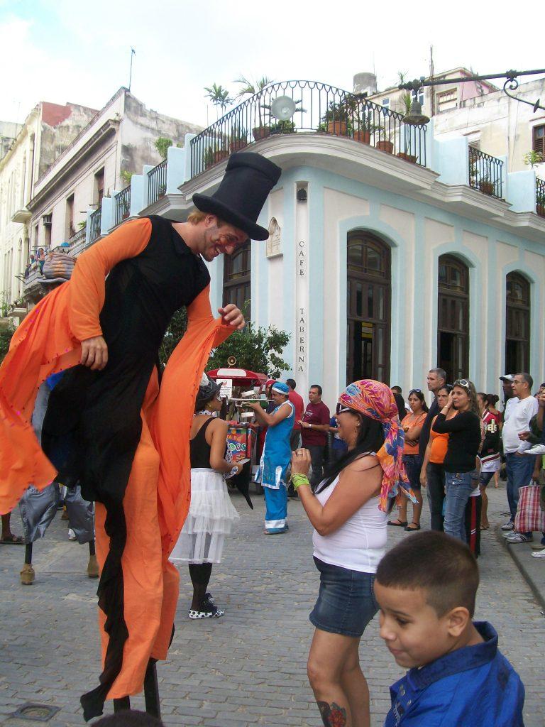 Улична веселба край Стария площад в Хавана. Снимка: Къдрнка Къдринова