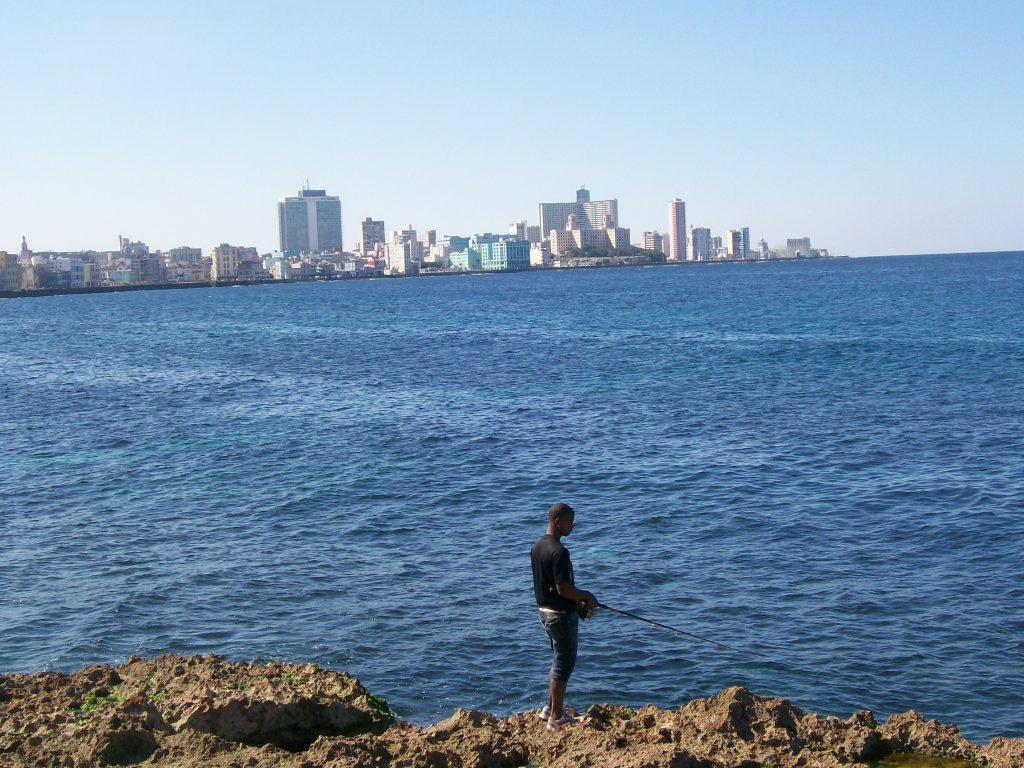 """Млад рибар на скалите край хаванския булевард """"Малекон"""". Снимка: Къдринка Къдринова"""