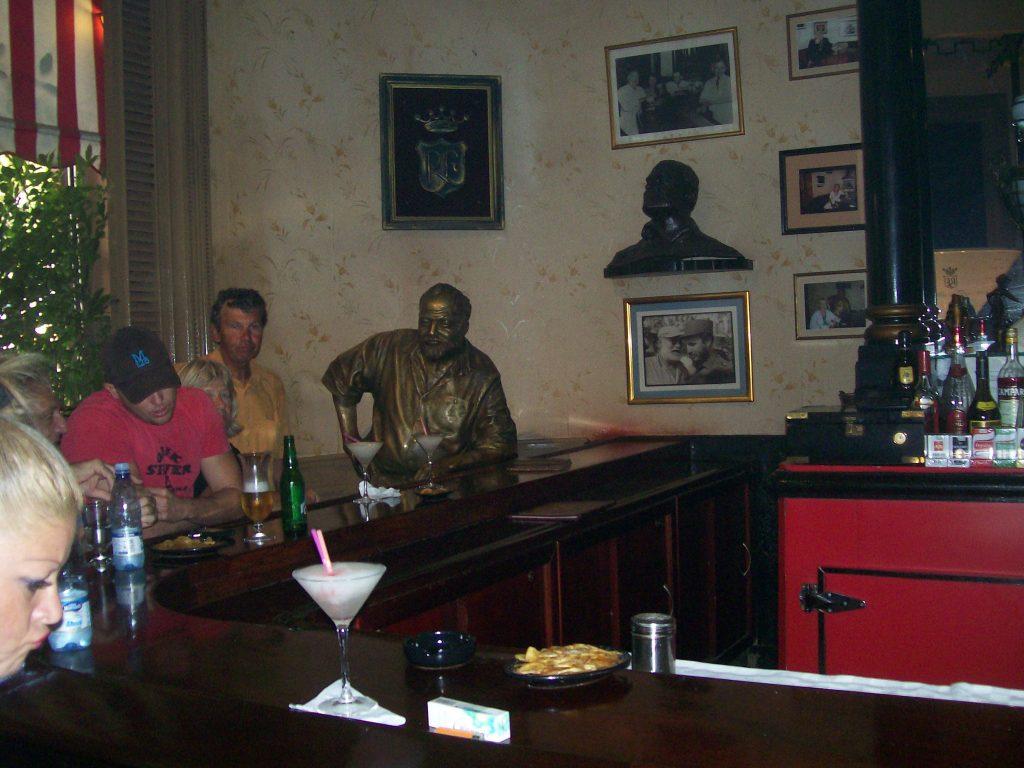 """Бронзовият Хемингуей завинаги е застинал на любимото си място в края на бара във """"Флоридита"""". Снимка: Къдринка Къдринова"""