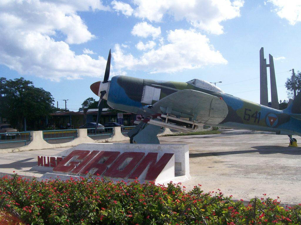 Пред музея в Плая Хирон, Куба, изграден в памет на спечелената битка срещу нашествениците, дебаркирали в Залива на свинете. Снимка: Къдринка Къдринова
