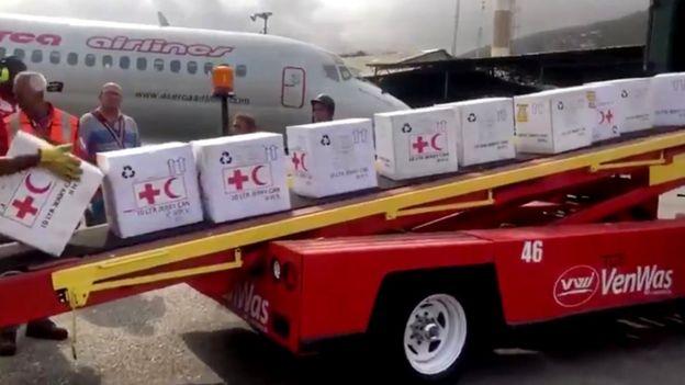 Стоварване на летището в Каракас на хуманитарни пратки от самолет на Международния Червен кръст и Червен полумесец. Снимка: ICRC