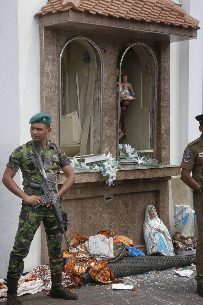 Шриланкийски войници на пост край една от взривените църкви. Снимка: EFE