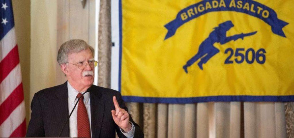 Джон Болтън обявява пред ветерани от нахлуването в Залива на свинете нови санкции на САЩ спрямо Куба, Венесуела и Никарагуа на 17 април 2019 г. Снимка: EFE