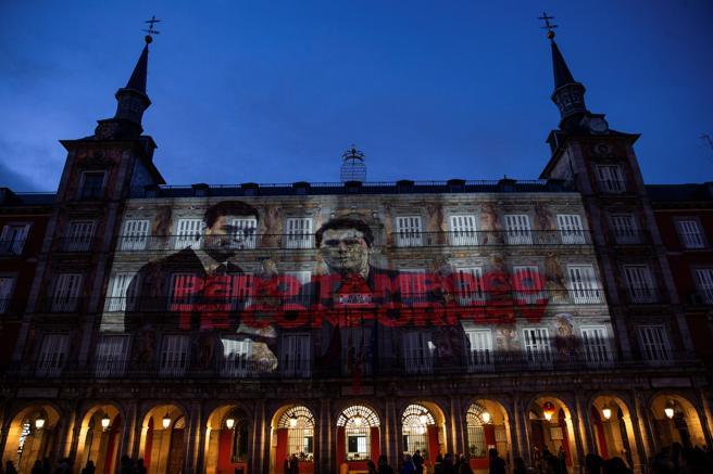 """""""Но не приемай и сговор"""" бе надписът над другия излъчен кадър–как си стискат ръцете лидерите на социалистите Педро Санчес и на """"Сюдаданос"""" Алберт Ривера. Снимка: EFE"""