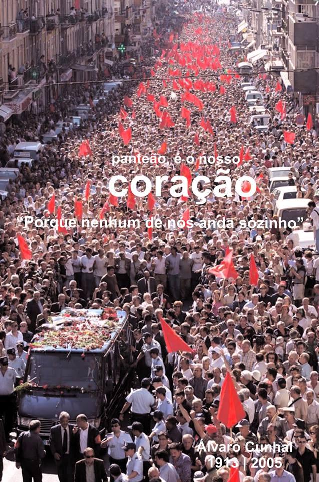 """Комунистите продължават да се ползват с авторитет и популярност в Португалия, а историческият им лидер е смятан за един от най-големите португалци на 20-ти век. Този плакат под надслова """"Пантеонът е в нашето сърце"""" показва погребението на Алваро Кунял през 2005 г., на което се стичат 250 000 души. Снимка: Фейсбук"""