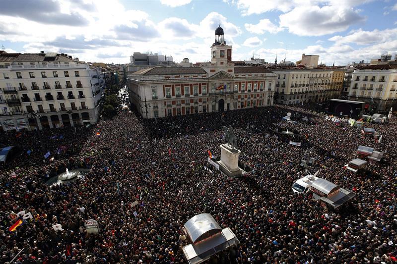 """Панорамна снимка на площад """"Пуерта дел Сол"""" в Мадрид по време на първия голям митинг на """"Подемос"""" на 31 януари 2015 г. Снимка: InfoLibre"""