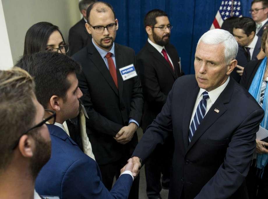 """Майк Пенс увери венесуелските опозиционери, събрали се в Хюстън, че е """"дошъл моментът да освободим Венесуела и Куба"""". Снимка: Houston Chronicle"""