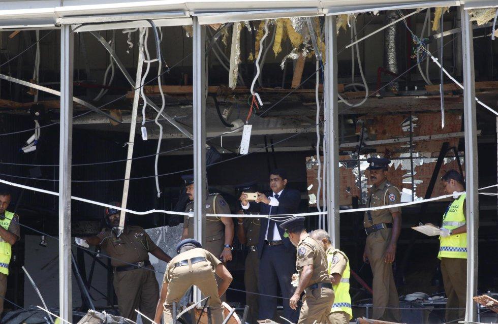 Полицаи оглеждат пораженията от атентата в един от трите ударени луксозни хотели в Коломбо. Снимка: EFE