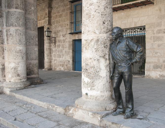 Бронзовата фигура на магьосника на фламенкото Антонио Гадес край една от колоните на Площада на катедралата.