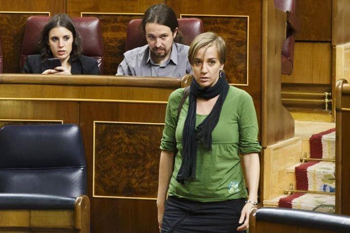 В испанските социални мрежи много се върти тази снимка от парламента–Таня Санчес минавай покрай местата на Пабло Иглесиас и Ирене Монтеро, които я изпращат с красноречиви погледи. Снимка: Фейсбук