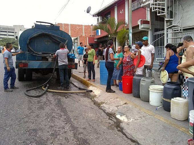Още една водоноска и опашка край нея в един от кварталите на Каракас. Снимка: AlbaCiudad