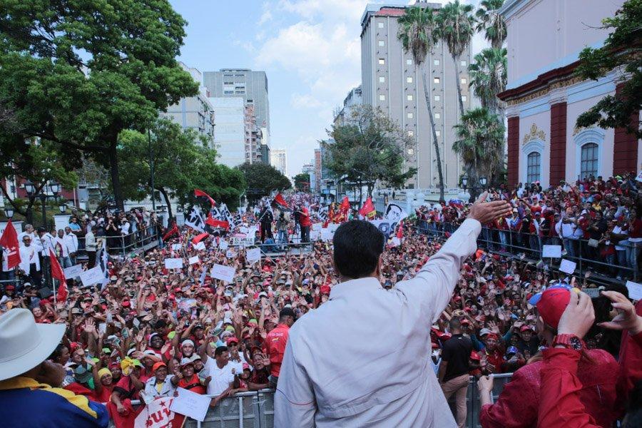 """Президентът Николас Мадуро приветства чависткото множество край двореца """"Мирафлорес"""" на 6 април. Снимка: AlbaCiudad"""