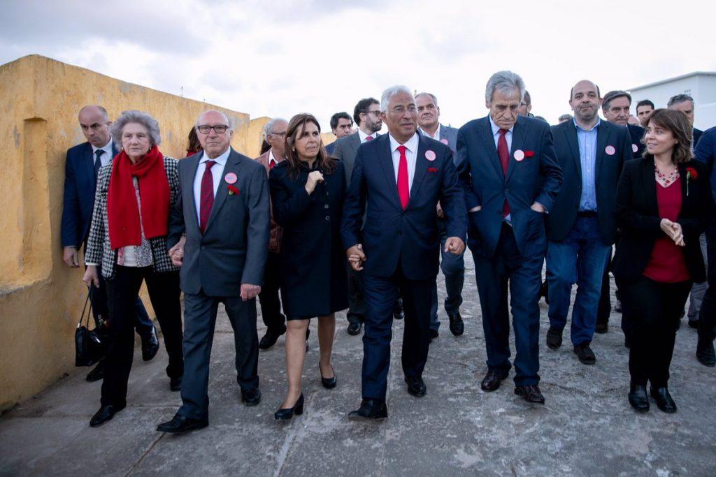 Премиерът Антонио Коща (в средата) бе придружен в обиколката из Пенише от съпругата си (вляво от него), лидера на ПКП Жеронимо де Соуза (вдясно от него) и водачката на Левия блок Катарина Мартинс (с червена блуза и черно сако вдясно). Снимка: sapo.io