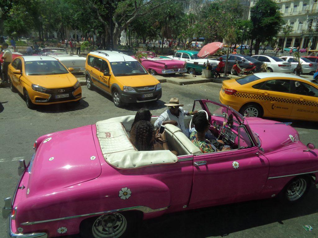 Старите, но лъснати и атрактивни американски коли от 50-те са обожавани от туристите. Снимка: Къдринка Къдринова