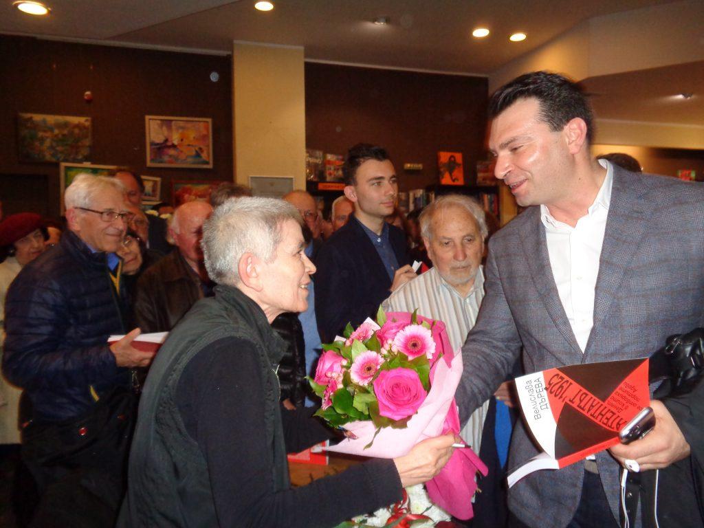 Авторката получи специални поздравления от председателя на софийската организация на БСП. Снимка: Къдринка Къдринова