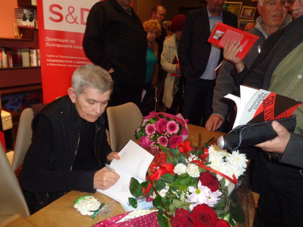 Велислава Дърева раздаде много автографи върху книгата си. Сничка: Къдринка Къдринова