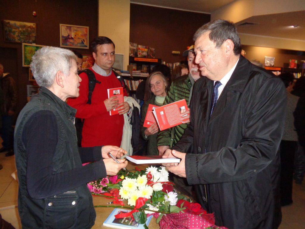 Ексдепутатът Георги Божинов също поздрави Велислава Дърева и получи автограф от нея. Снимка: Къдринка Къдринова