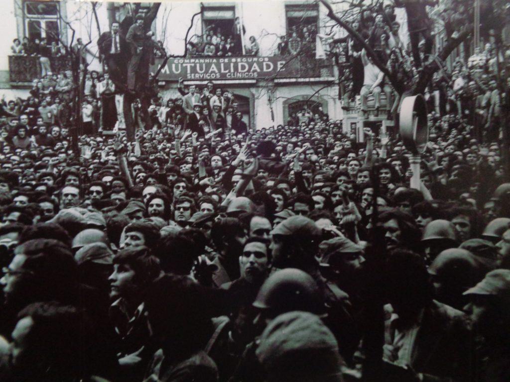 Заливайки улиците на Лисабон в подкрепа на Движенето на капитаните, португалците възпират ответния удар на режима. Снимка: instituto Camoens