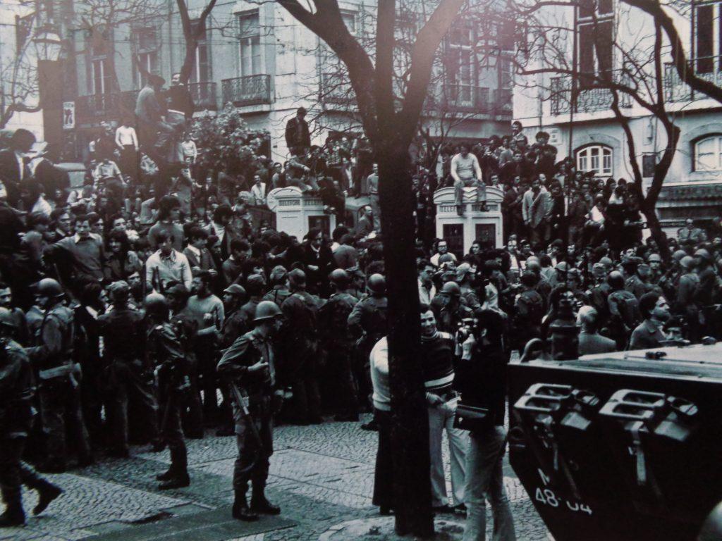 Португалците масово излизат по улиците, за да приветстват военните на 25 април 1974 г. Снимка: Instituto Camoens