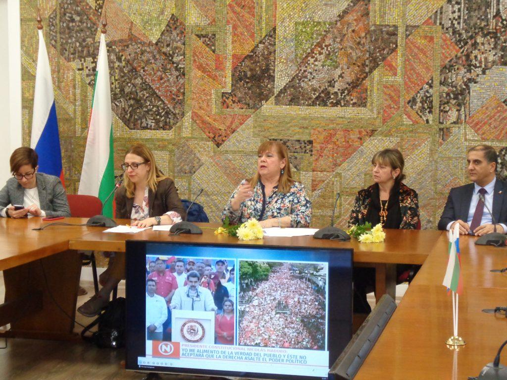 По време на лекцията на Н. Пр. Ориета Капони (в средата) в РКИЦ. До нея (втората отдясно) е Н. Пр. Каридад Ямира Куето Милиан. Последният отдясно е посланикът на Палестина Н. Пр. Ахмед ал Мадбух. Снимка: Къдринка Къдринова