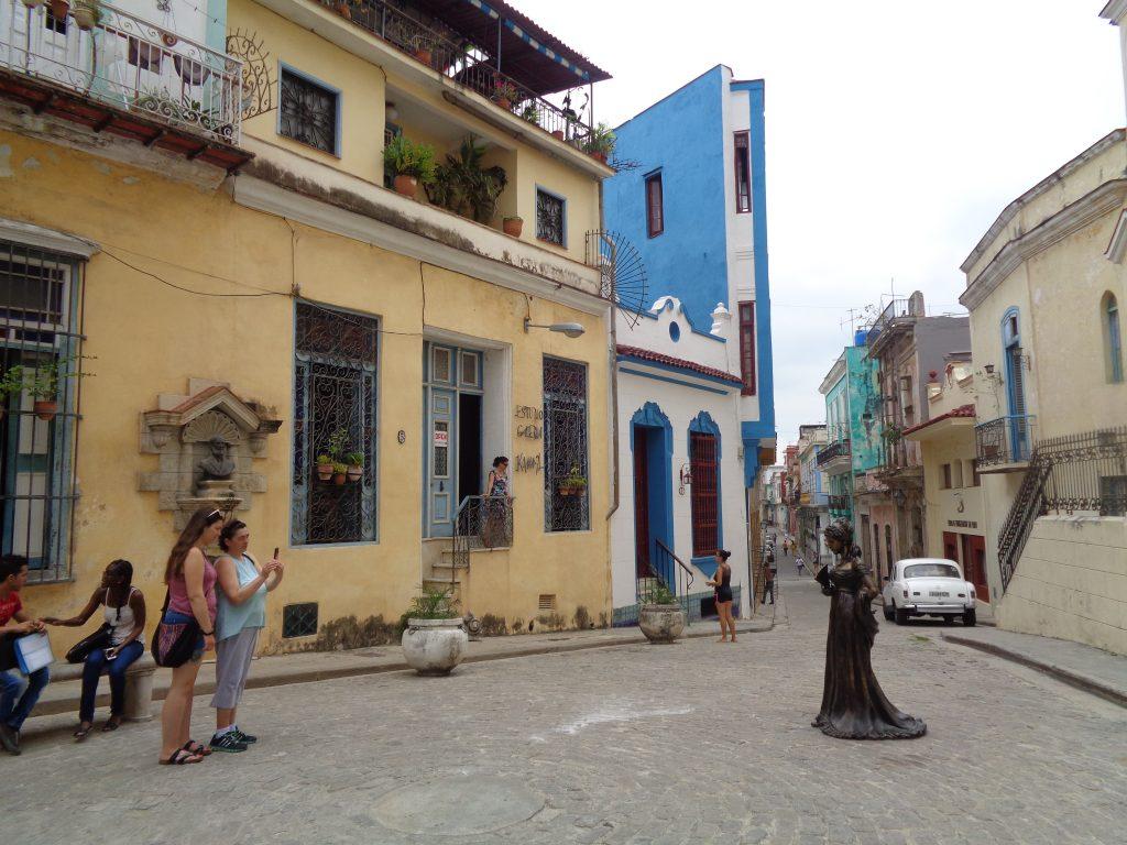 Бронзовата фигура на Сесилия Валдес насред улицата на Хълма на Ангела. Фаталната църква е зад гърба ѝ и не е хваната на този кадър. Снимка: Къдринка Къдринова