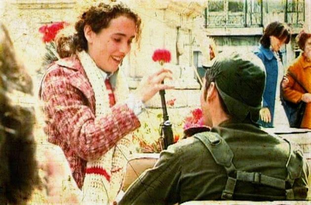 Селесте Каейро раздава карамфили на войниците на 25 април 1974 г. Снимка: Twitter