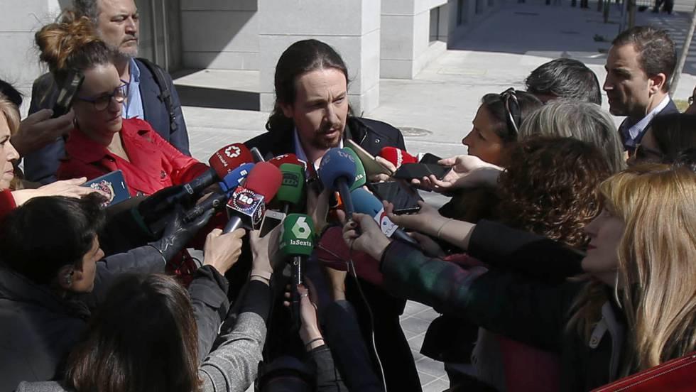 """""""Потвърждаваме ангажимента си да изметем боклука от политиката,"""" увери Пабло Иглесиас на излизане от следствието, където беше уведомен за подробностите за мръсната война на """"патриотичната полиция"""" срещу """"Подемос"""". Снимка: El Pais"""