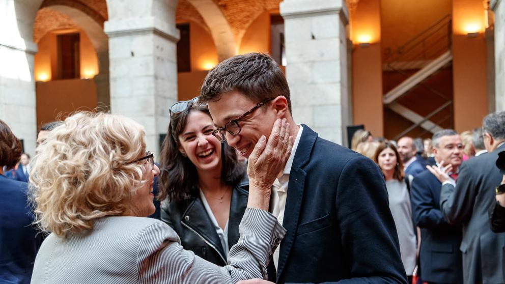 Кметицата на Мадрид Мануела Кармена (вляво) приветства Иниго Ерехон. На заден фон е Рита Маестре, бившо гадже на Ерехон и официална говорителка на Кармена. Снимка: La Vanguardia