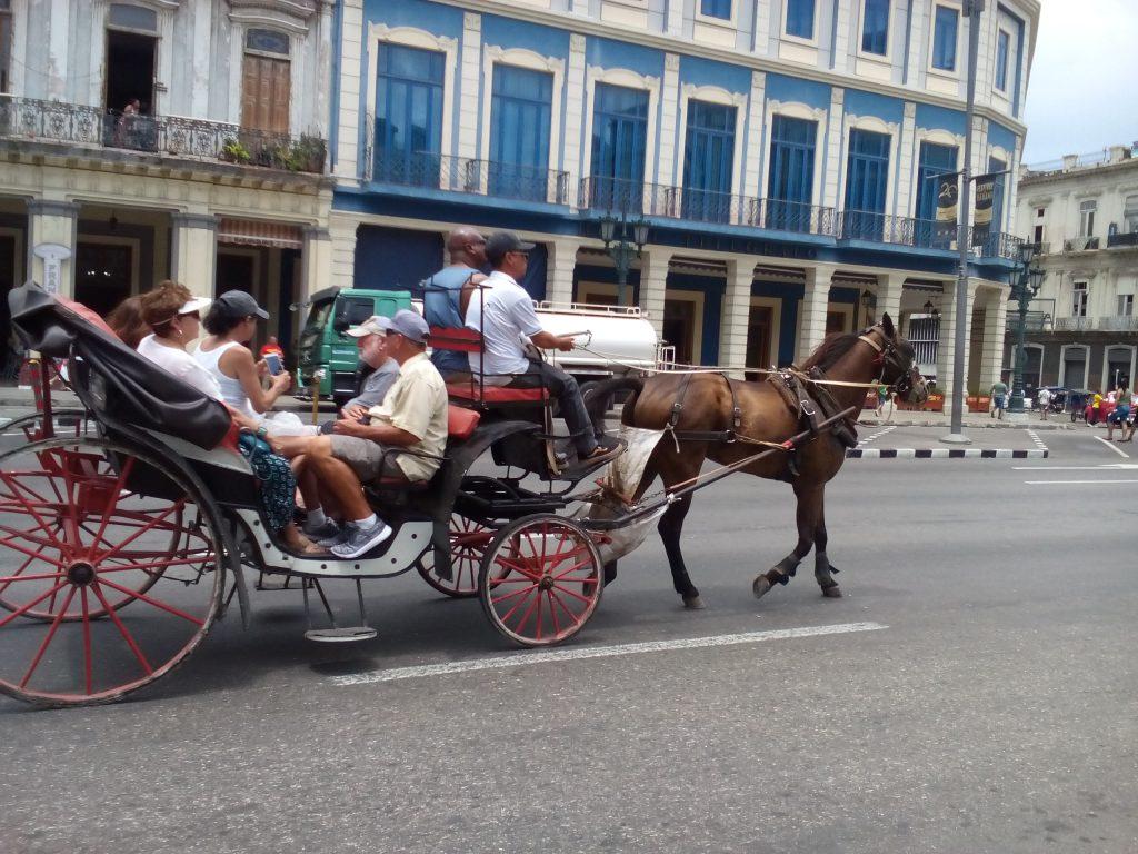"""Туристически файтон в центъра на Хавана. Синьо-бялата фасада е на хотел """"Телеграфо"""". Снимка: Къдринка Къдринова"""