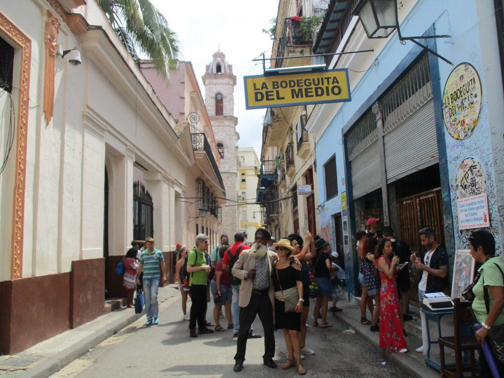 """Мохито-барът """"Ла Бодегита дел медио"""" винаги е препълнен, така че някои опитват питието и отвън, на крак. Снимка: Къдринка Къдринова"""