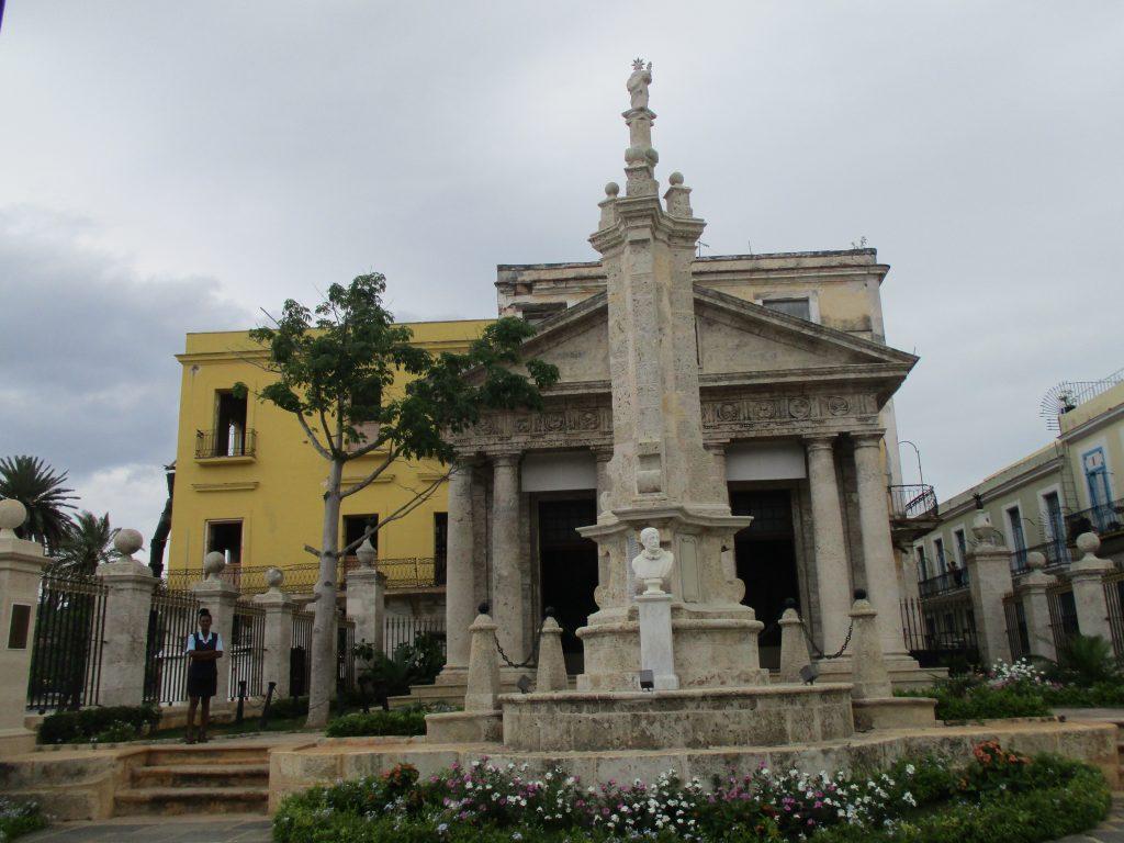 Храмът в чест на основаването на Хавана на 16 ноември 1519 г. Край него е новата все още крехка сейба. Снимка: Къдринка Къдринова