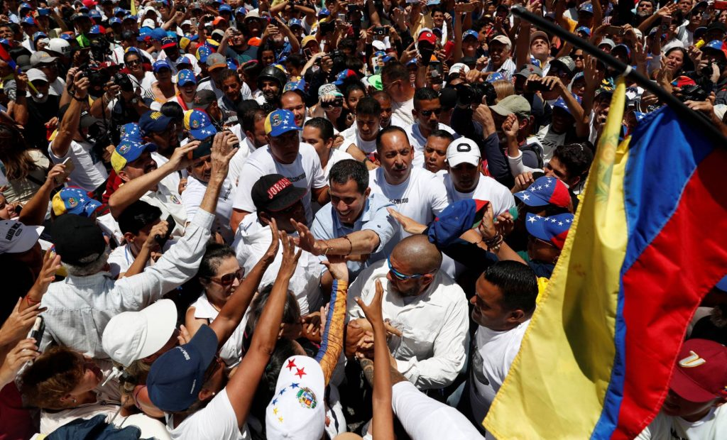 """Хуан Гуайдо сред поддръжниците си на опозиционния митиг на 6 април в квартал """"Ел Маркес"""". Снимка: El Pais"""