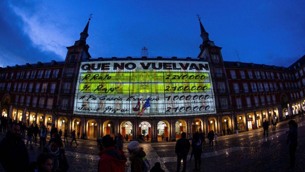 """Фасадите на площад """"Пласа Майор"""" в Мадрид станаха импровизиран екран за прожектиране на страници от """"тефтерчетата на Барсенас"""", изобличаващи """"черната каса"""" в Народната партия. Снимка: EFE"""