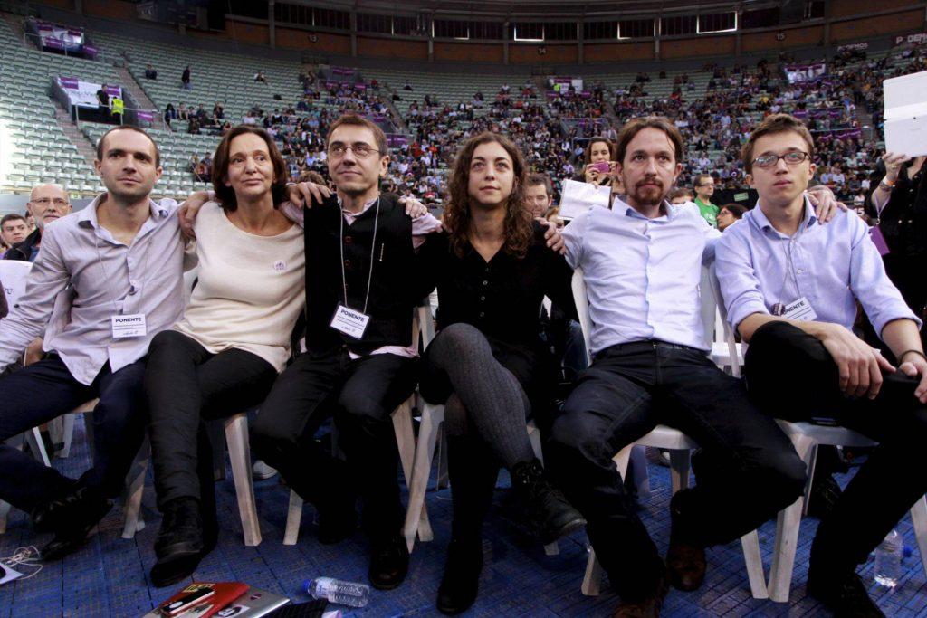 """Легендарната снимка от първия конгрес на """"Подемос"""" през 2014 г. на която са петимата основатели на партията и една от евродепутатките им. Отляво надясно: Луис Алегре, Каролина Бесканса, Хуан Карлос Монедеро, Таня Гонсалес (евродепутатка), Пабло Иглесиас, Иниго Ерехон. Снимка: El Pais"""