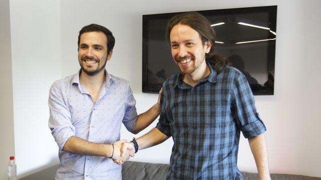 """Алберто Гарсон и Пабло Иглесиас сключват съюза """"Унидос Подемос"""". Снимка: El Diario"""